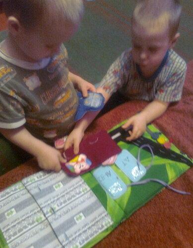 Развивающая книжка своими руками. Дети играют )))