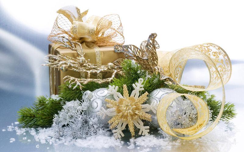 Новогодний топиарий из елочных игрушек своими руками