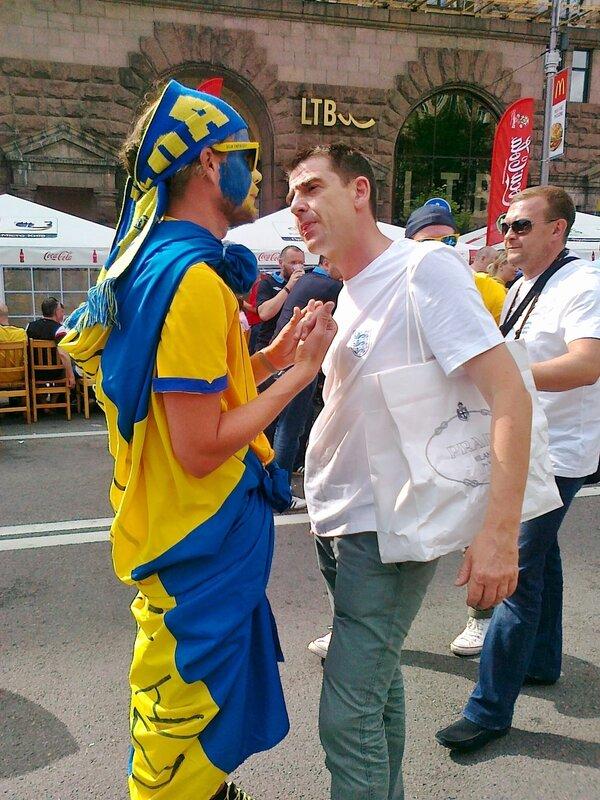 Шведский и английский фаны беседуют в фан-зоне Киева
