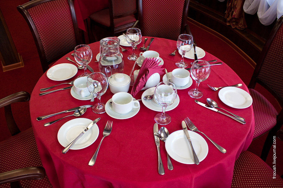 Стол №9 в ресторане на главной палубе теплохода «Василий Чапаев»