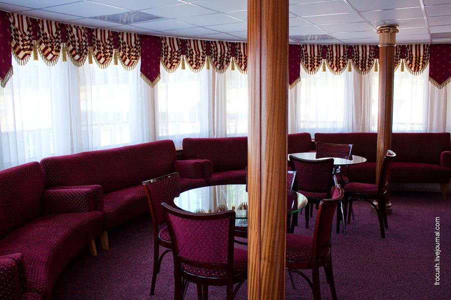 Панорамный салон в носовой части средней палубы теплохода «Н.А.Некрасов»