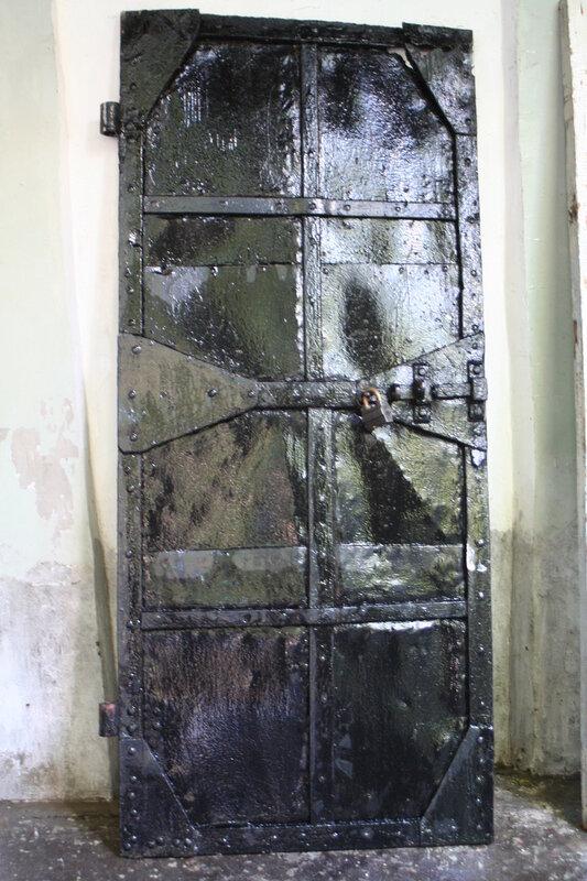 Старинная дверь на колокольню Церковь Петра и Павла у Яузских ворот.