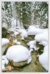 Огромные копны снега среди горной реки
