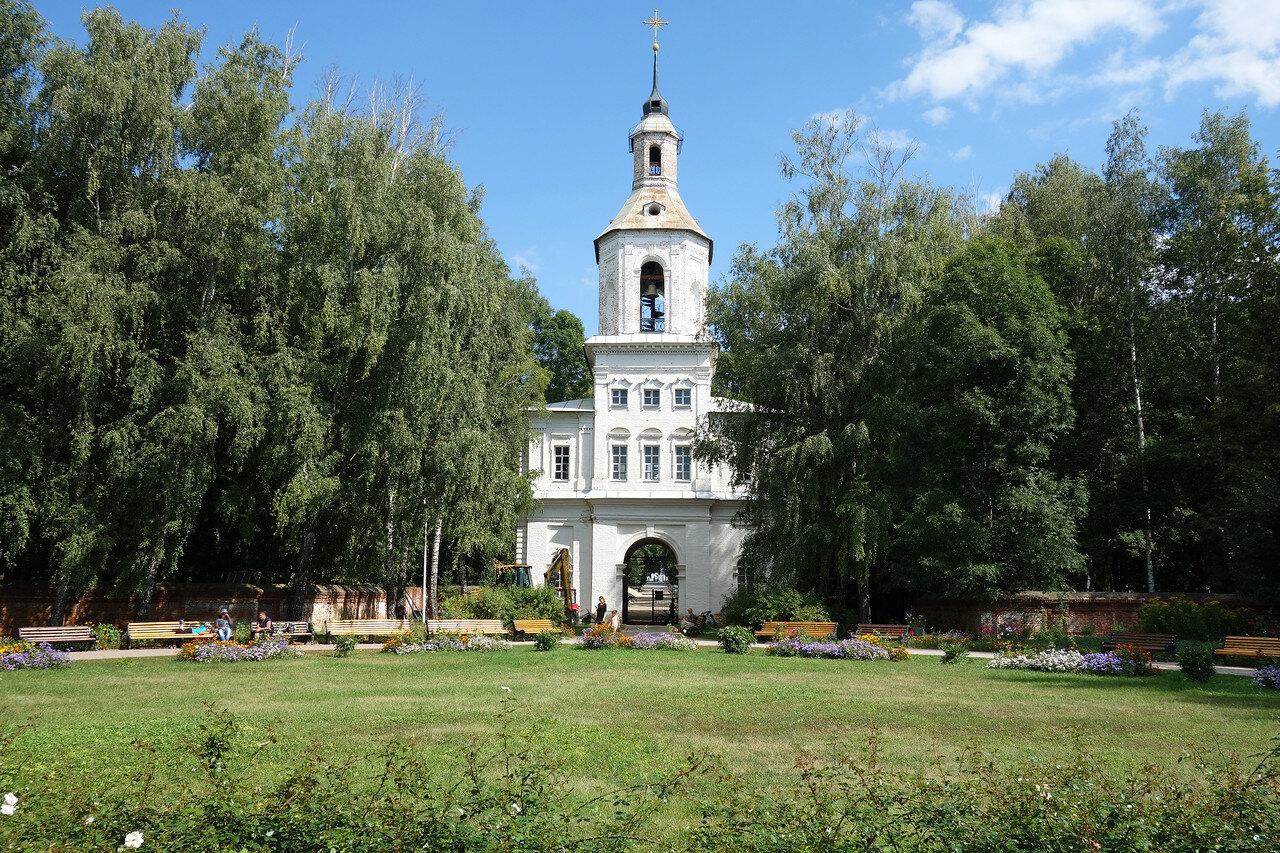 колокольня храма и ворота усадьбы