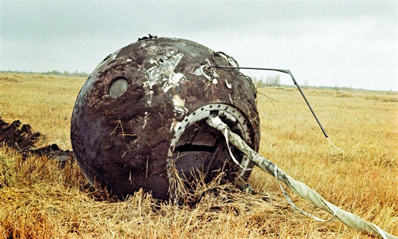 Пустая капсула советского корабля Восток-1 на месте посадки в 700 км от Москвы 12 апреля 1961.jpg