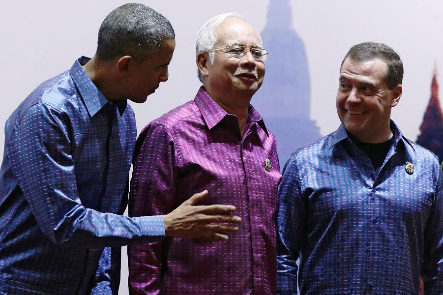 Медведев и Обама на Восточноазиатском форуме 12 ноября 2014.png