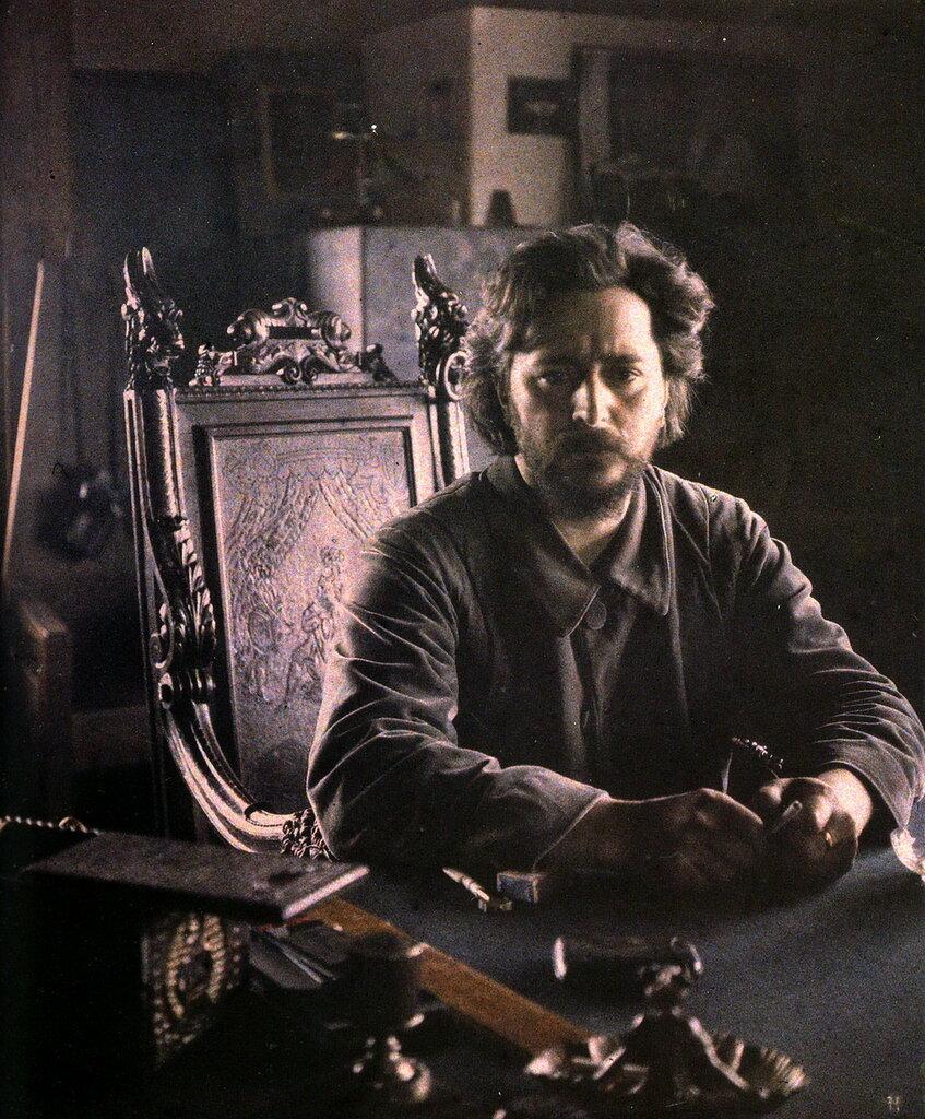 Леонид Aндреев в своем кабинете. Леонид Андреев любил огромные помещения, обставленные крупной, нарочито громоздкой мебелью..jpg