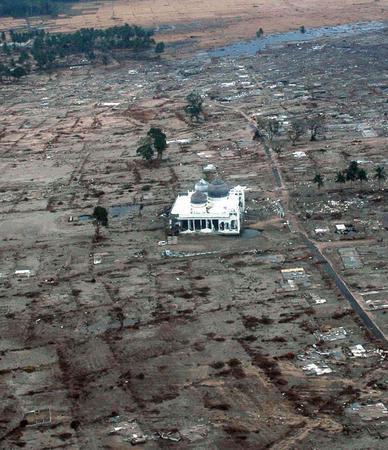 6. Мечеть – единственное сохранившееся после цунами здание в одной из прибрежных деревень в пр
