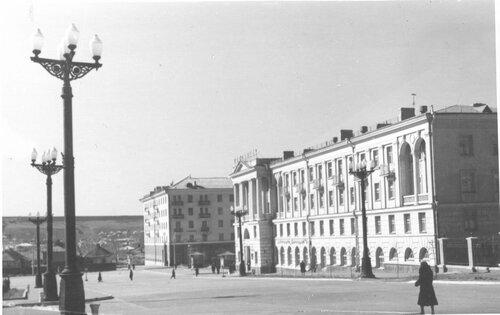"""Вид на гостиницу """"Белгород"""" и Театральный проезд, 1957."""