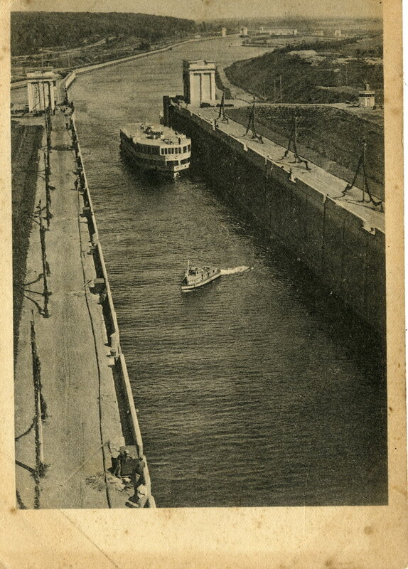 Канал Москва-Волга №12. Пропуск судов через 6-й шлюз. Фото А.Шайхета. Изогиз, 1938, тир.10000 - 1.jpg