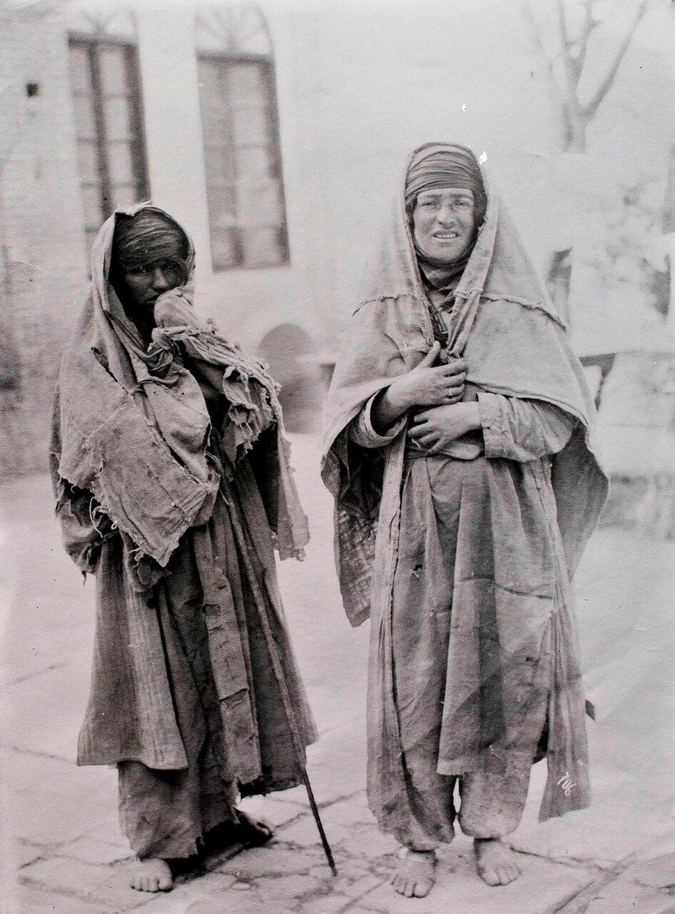 Две попрошайничествующие женщины кочевников
