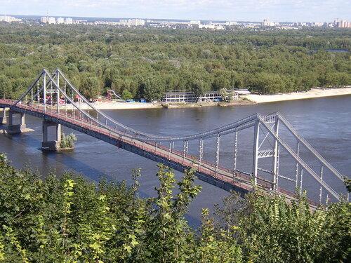 Вид с горы (центр Киева) на Днепр и пешеходный мост