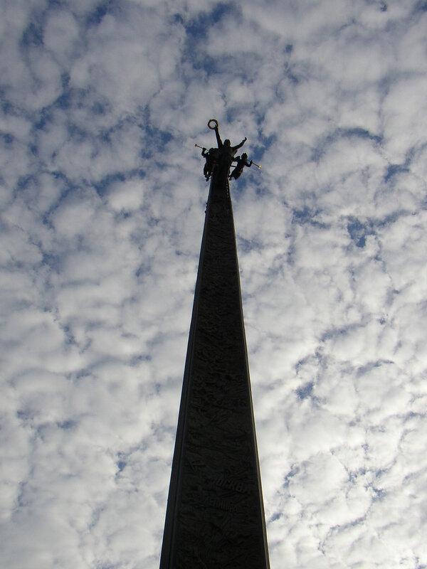 Монумент на площади Победы