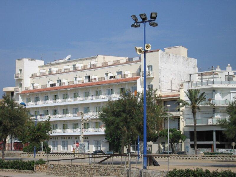 Коста Брава, Sorra D'or, вид на отель с пляжа