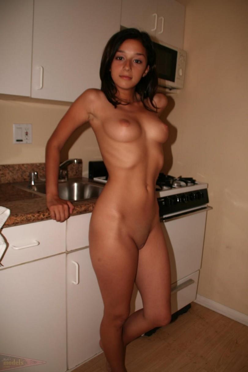 эротика кулинарная девушка на кухне обнаженная