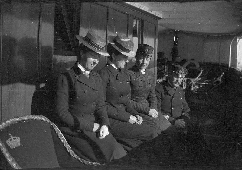 Королева Виктория на корабле с неизвестными спутницами, 1900