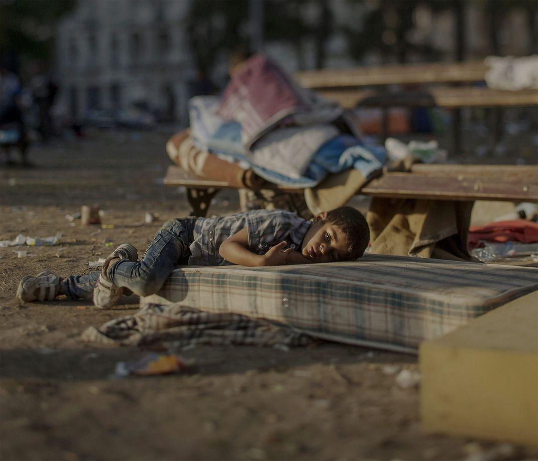 5. Пятилетний Абдулла спит на вокзале в Белграде, Сербия. В Сирии он видел, как убили его сестру. Ма