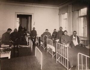 Группа нижних чинов призреваемых в убежище в спальне.