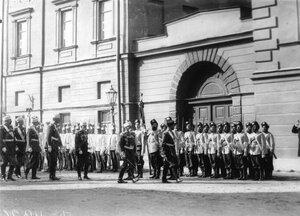 Император Николай II с группой офицеров обходит подразделения войск, выстроившихся  перед храмом по случаю его освящения.