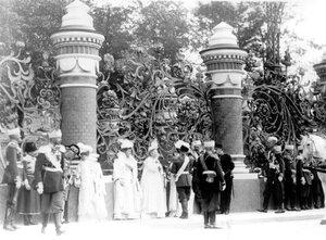 Император Николай II  и члены императорской фамилии у входа в Михайловский сад в день освящения храма.