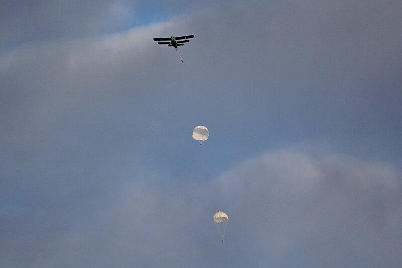 Парашютисты десантируются из самолета АН-2 с бортовым номером RF-00418 в небе над Порошинским аэродромом
