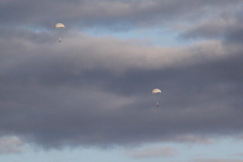 Парашютисты в небе над Порошино