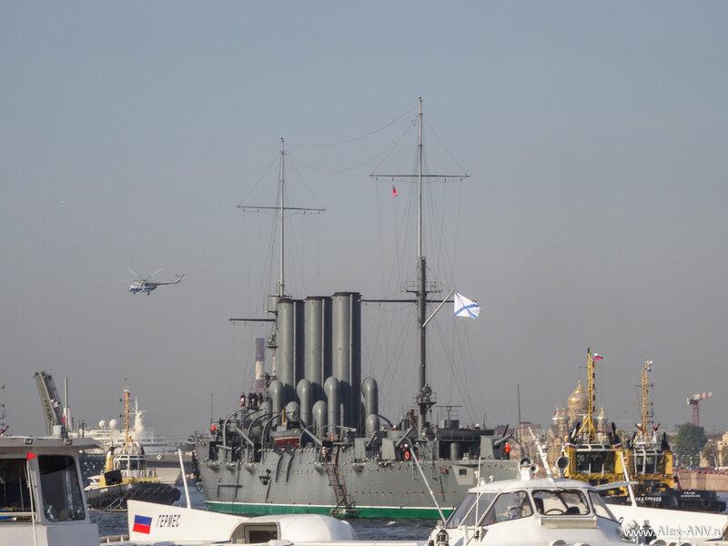 Вертолёт, который совершает ежедневные полёты с туристами над городом, крутится над Авророй.