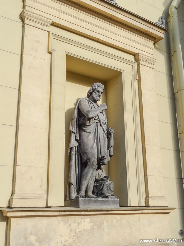 Статуя на стене Нового Эрмитажа