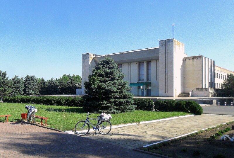 Велосипеды на фоне деревьев и большого дома ... SAM_8853.JPG