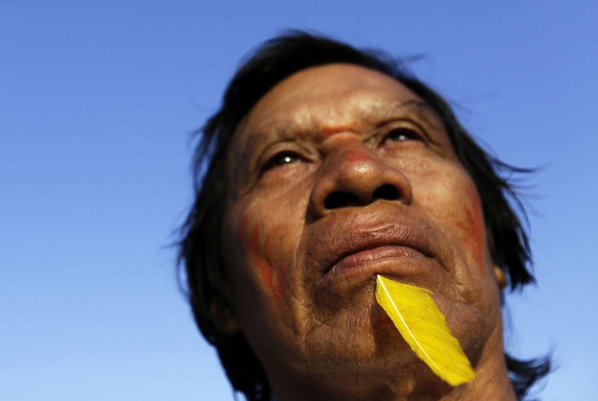 Один из индейских вождей наблюдает за ходом подготовки к предстоящим действиям