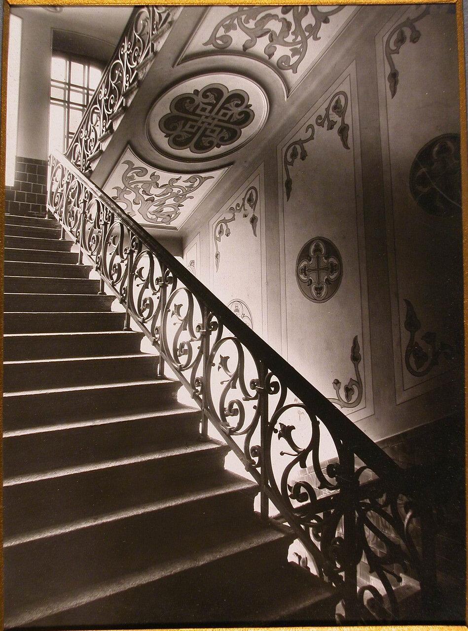 04. Вид парадной лестницы Епархиального дома, ведущей на 3-ий этаж