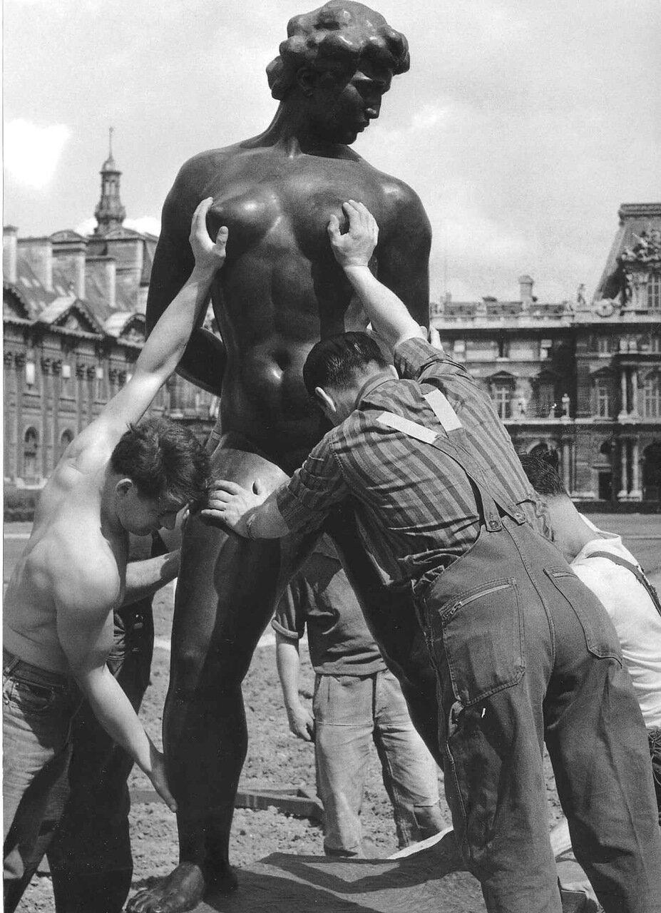 1964. Размещение  статуи Майоля в саду Тюильри сотрудниками компании Gougeon