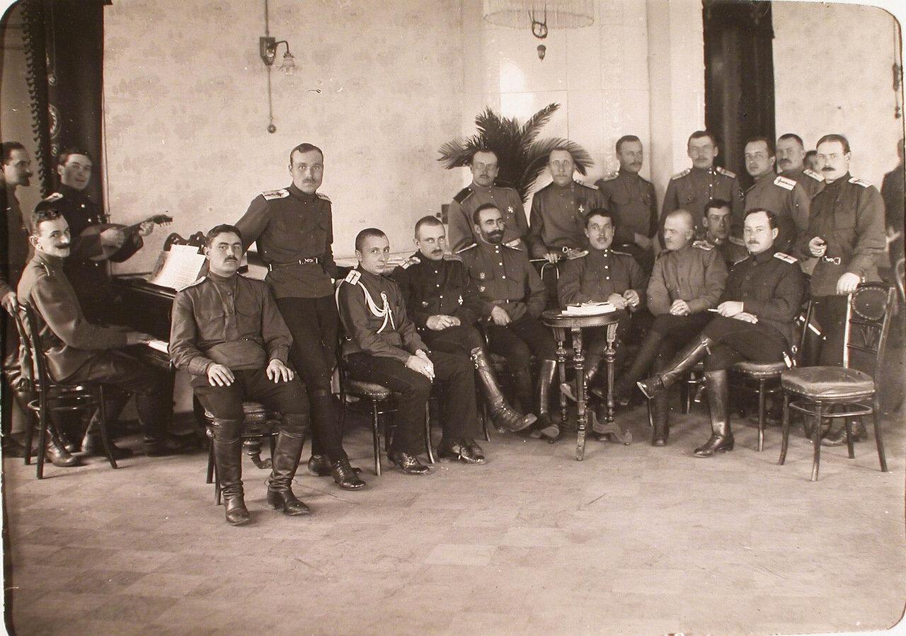 25. Группа офицеров роты в гостиной собрания после завтрака. 26 ноября 1915