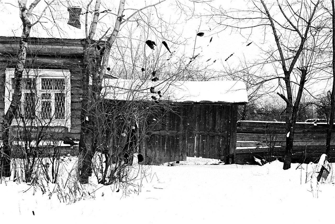 1981. Рядом с улицей Нижняя. Последняя крестьянская изба с воротами. Вид со стороны парка. На снимке фрагмент избы с пристроенными к ней воротами