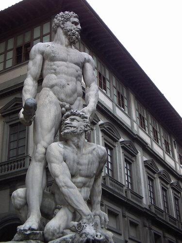 Скульптура Геркулеса Бандинелли на площади Синьории во Флоренции