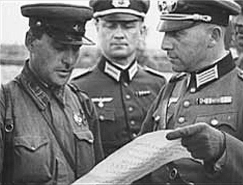 Из немецкой кинохроники. Немецкий офицер показывает советскому