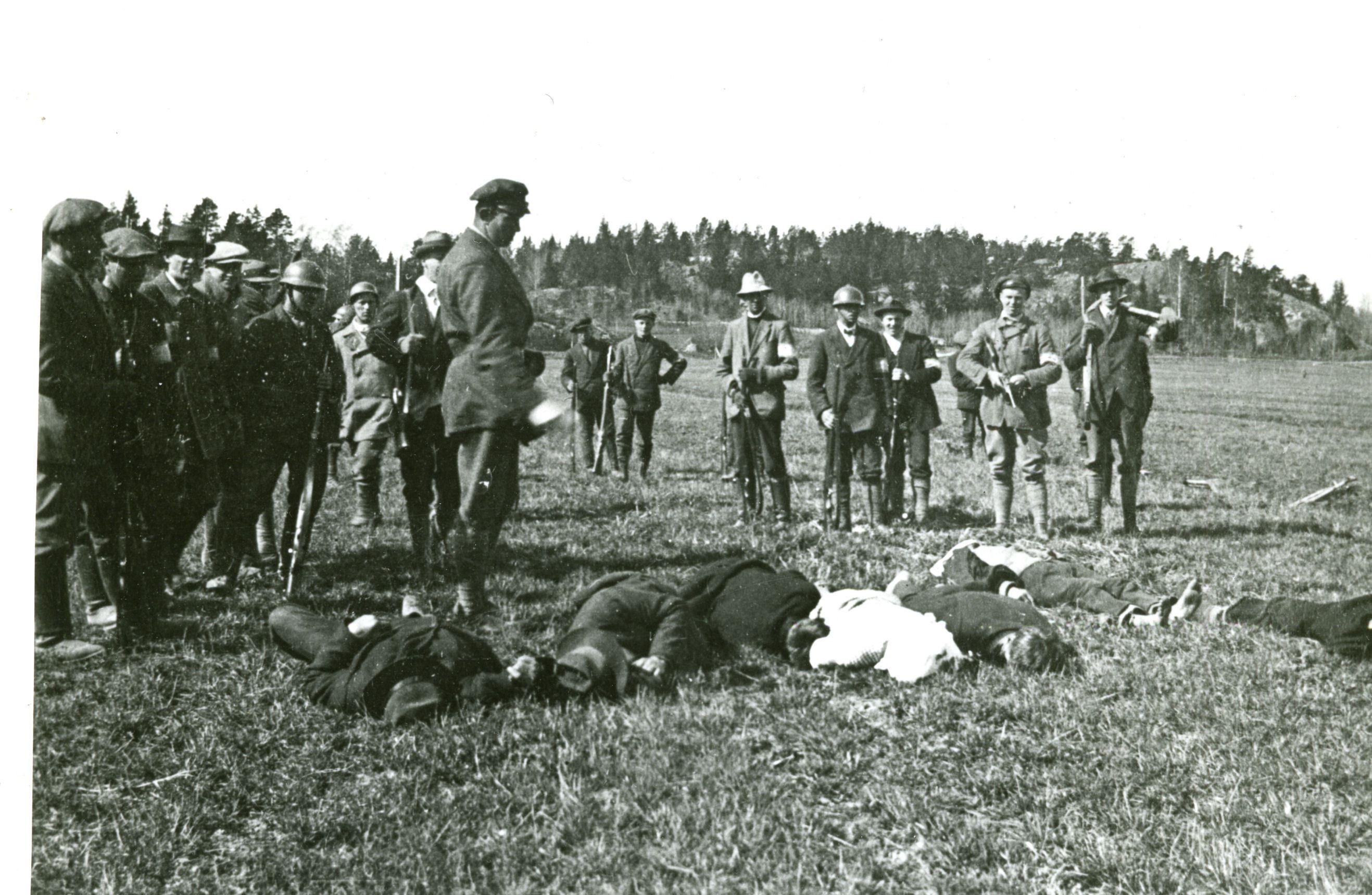 finnish-civil-war-whites-stand-over-reds.jpg