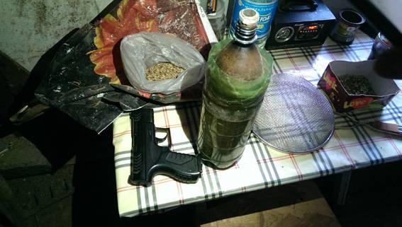 Плантация конопли в Одесской области: У пенсионера изъяли 8 кг каннабиса и пистолет (фото, видео)