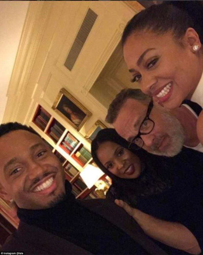 Сэмюэл Л. Джексон (справа) и его жена Латаня (вторая справа) были замечены на вечеринке с Мэджиком Д