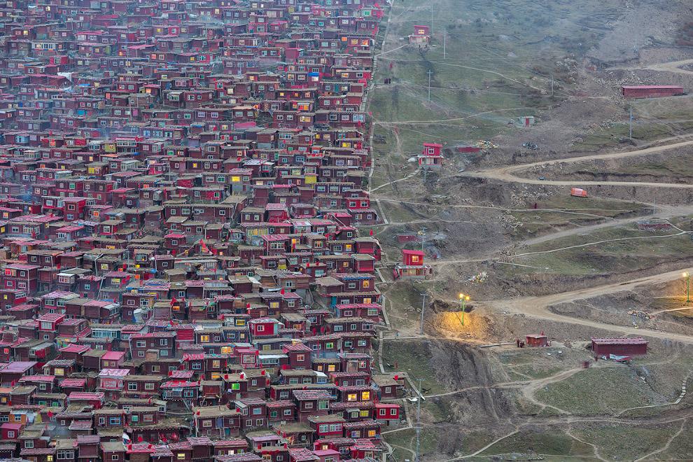 8. Тяжелый труд на кирпичном заводе в Индии. (Фото Shibasish Saha):