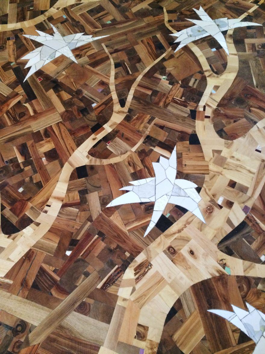 Российский дизайнер собирает деревянный пол своими руками из обычных досок