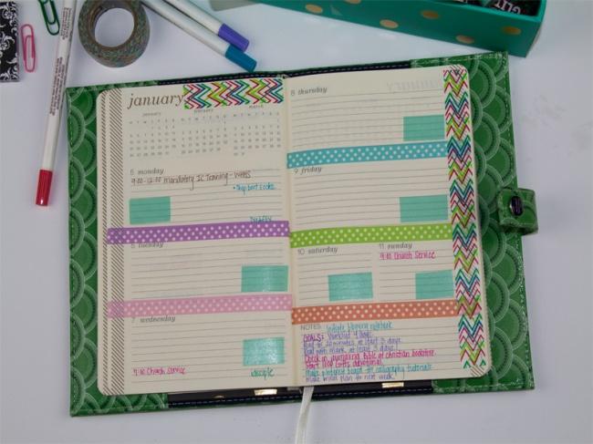 Спомощью цветного скотча можно разбить страницы ежедневника налогические блоки. Выглядит удобно и