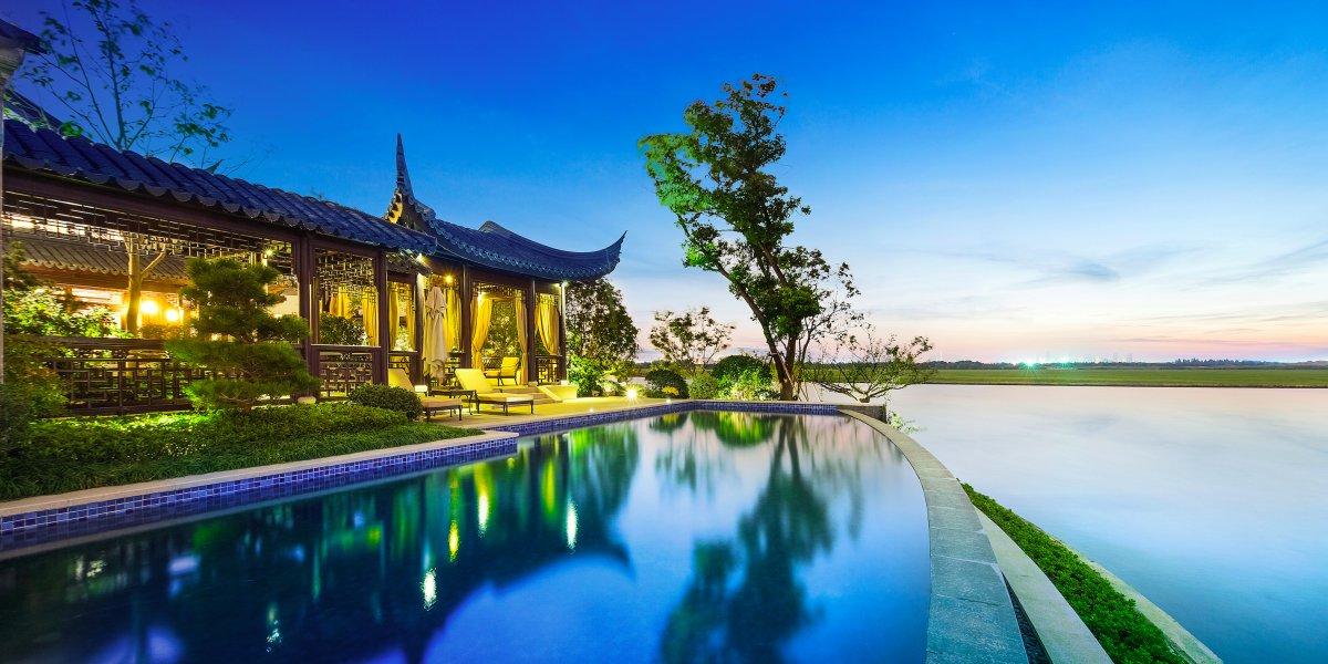 Из бассейна открывается потрясающий вид на озеро и находящийся в отдалении город Сучжоу.