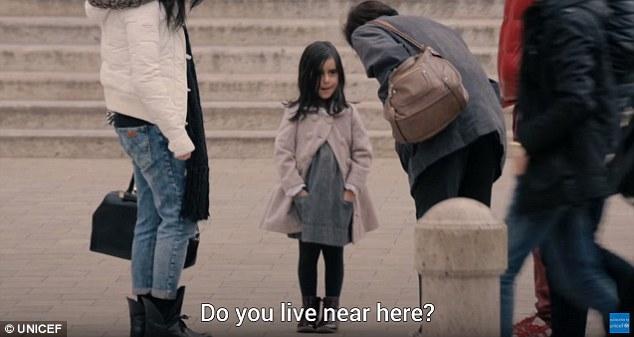В первой части эксперимента Анано одиноко стояла на улице у входа в один из ресторанчиков. На ней бы
