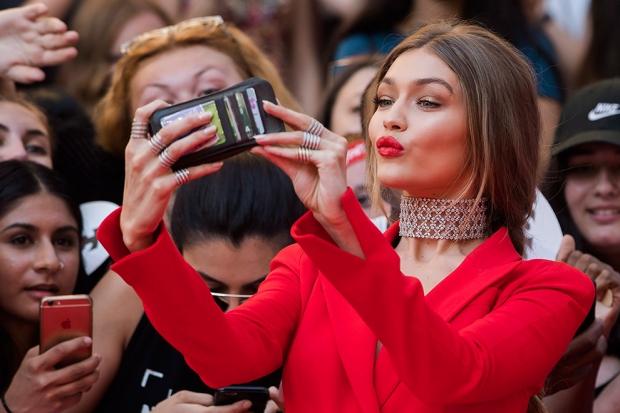 Джиджи Хадид Доход: $9 млн Страна: США Возраст: 21 год Контракты: Evian, BMW, Versace, Topshop, Mayb