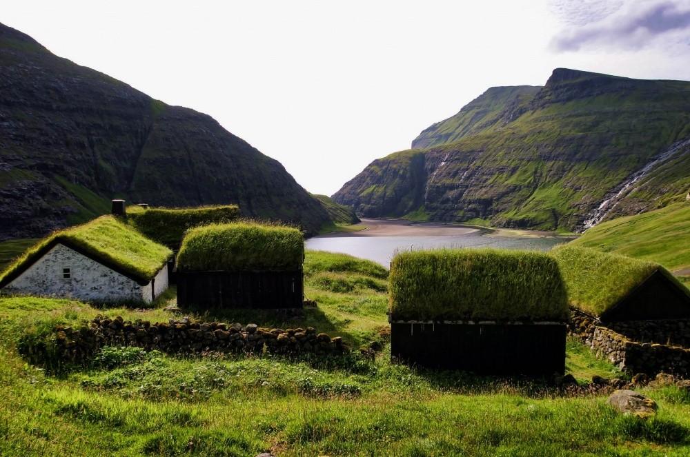 Дома на Фарерских островах Дерновыми крышами в скандинавских странах и сейчас никого не удивишь. А д