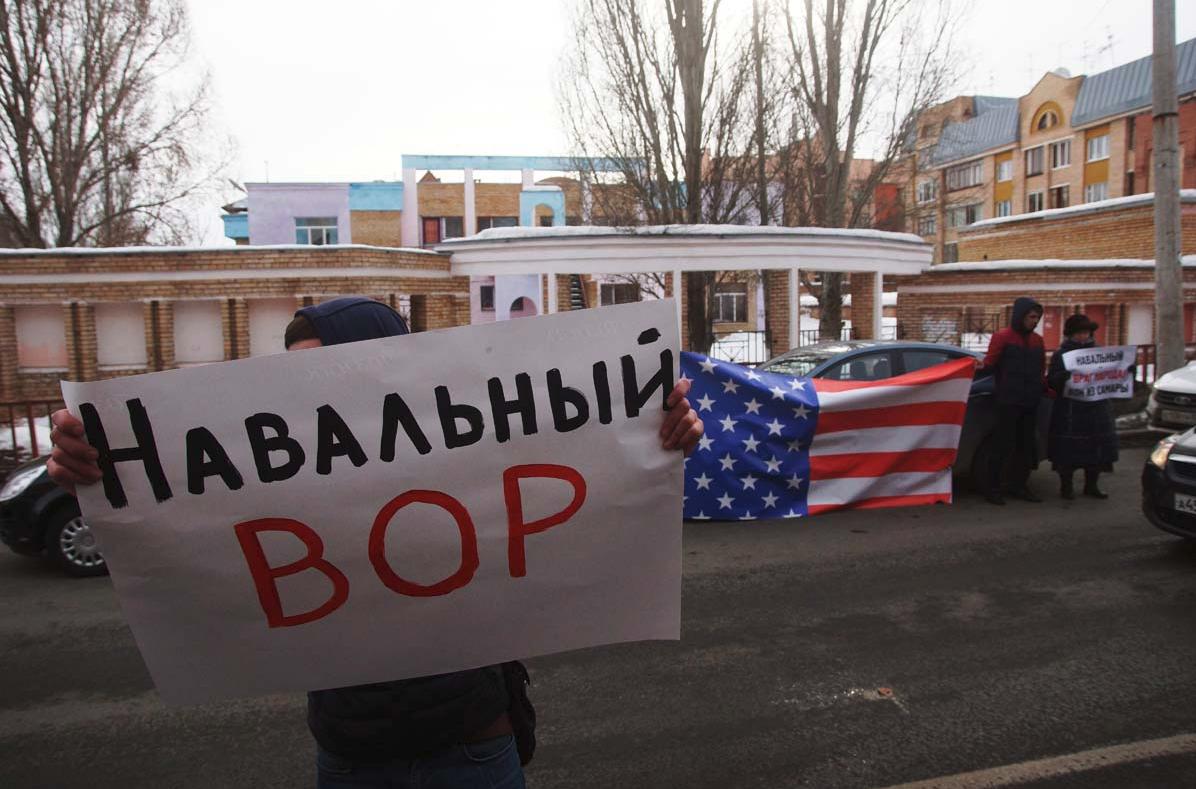 ВУфе Алексея Навального забросали яйцами