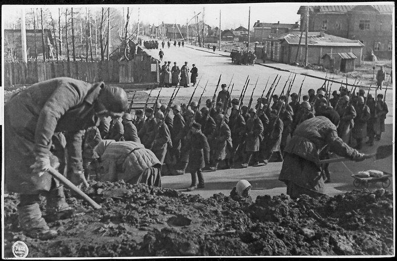 Строительство оборонительных сооружений. Апрель 1943 года.