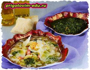 Сырный суп с соусом песто и кедровыми орешками