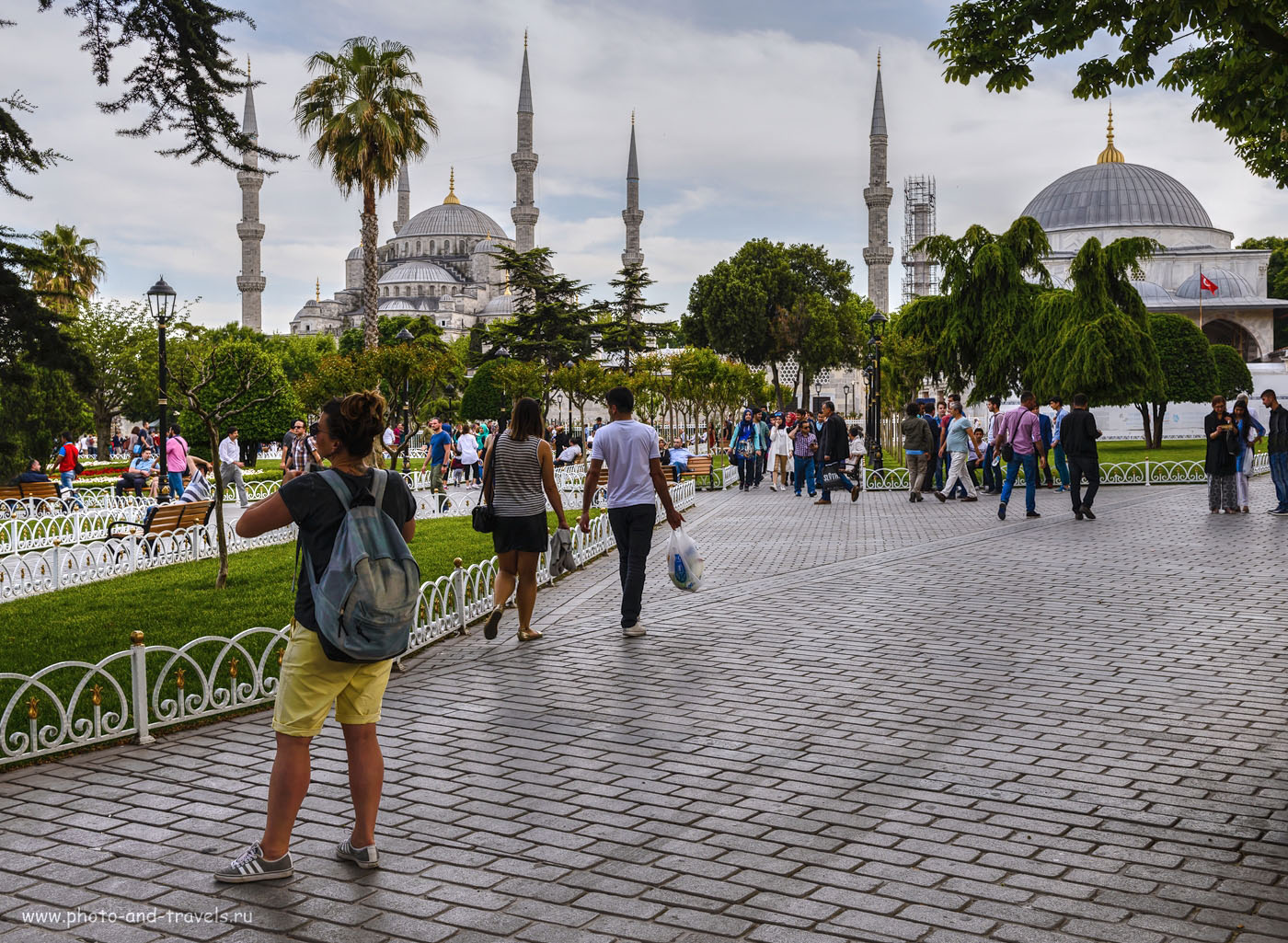 Фото 4. Вид на сквер у площади Султанахмет в Стамбуле. На заднем плане – Голубая мечеть. Путешествие по Турции самостоятельно. Камера Никон Д610, объектив Никон 24-70 мм f/2.8. Настройки: 1/160, -1.0, 8.0, 125, 35. Данный снимок: тонмаппинг (HDR из одного кадра).